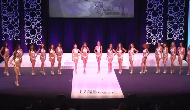 Diana đứng giữa hàng với chiều cao và dáng vóc chuẩn nhất khi MC chuẩn bị gọi tên top 10.
