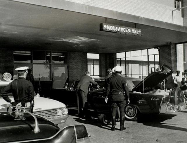 Các nhân viên mật vụ Mỹ khám xét chiếc xe chở Tổng thống Kennedy sau khi vụ ám sát diễn ra