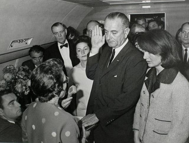 Phó Tổng thống Lyndon Baines Johnson tuyên thệ nhậm chức trước Thẩm phán Sarah T Hughes 2 giờ sau khi ông Kennedy bị bắn