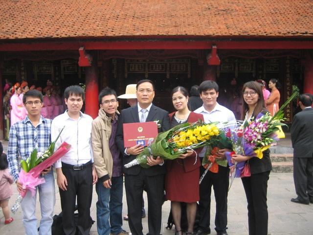 GS Nguyễn Đình Đức với các học trò của mình trong lễ nhận bằng GS năm 2013