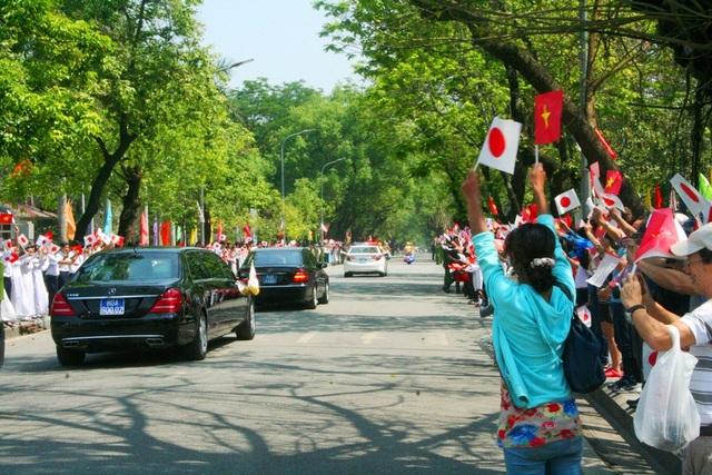 Người dân, du khách tung hô, chào tạm biệt Nhật hoàng và Hoàng hậu.