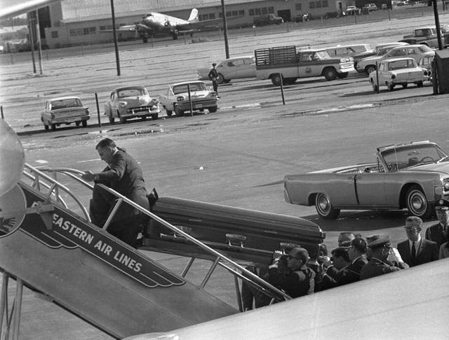 Quan tài của ông Kennedy được đưa lên chuyên cơ Air Force One