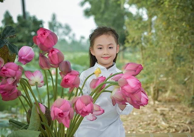 Còn bé nhưng Nhung đã quen thuộc với việc làm người mẫu chụp ảnh. Cô bé còn tham gia một số bộ phim với vai diễn nhỏ.