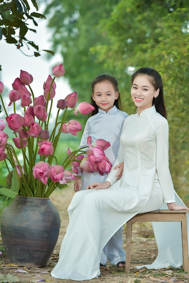 Cùng tham gia chuyến đi chơi đầm sen với bé Nhung là chị Nguyễn Ngọc Anh - cũng là một người mẫu ảnh độ tuổi học sinh. Ngọc Anh hiện đang là học sinh của trường THPT Nguyễn Bỉnh Khiêm, Hà Nội
