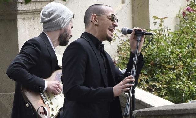 Chester Bennington đã hát tại lễ tang của người bạn thân - nam ca sĩ nhạc rock Chris Cornell - vừa qua đời hồi tháng 5 (cũng vì treo cổ tự sát).