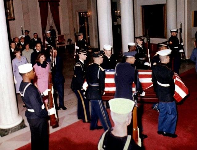 Đệ nhất phu nhân Jacqueline Kennedy, em trai - Bộ trưởng Tư pháp Robert F. Kennedy cùng đưa quan tài của ông Kennedy từ Dallas về Washington vào rạng sáng 23-11-1963