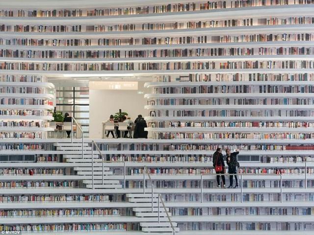 Phía sau những giá sách là những phòng đọc. Những giá sách này cũng đồng thời có vai trò như những mảng tường.