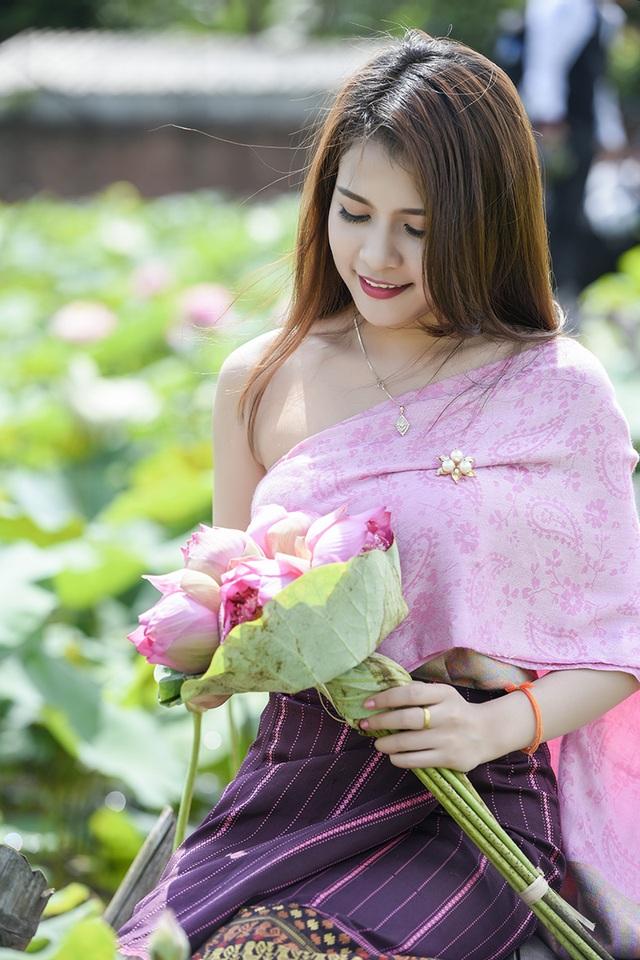 Cô gái Lào cho biết, trang phục của cô diện trong bộ ảnh này là trang phục truyền thống của người con gái Lào. Anisone sử dụng cả hai loại trang phục truyền thống của Việt Nam và Lào để thể hiện tình yêu đối với cả hai đất nước.