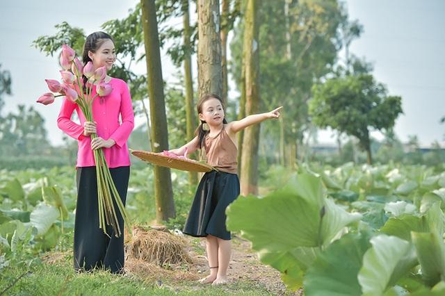 Hai chị em Nguyễn Ngọc Anh và Bùi Hồng Nhung rủ nhau đi chơi đầm sen trong những ngày nóng nực
