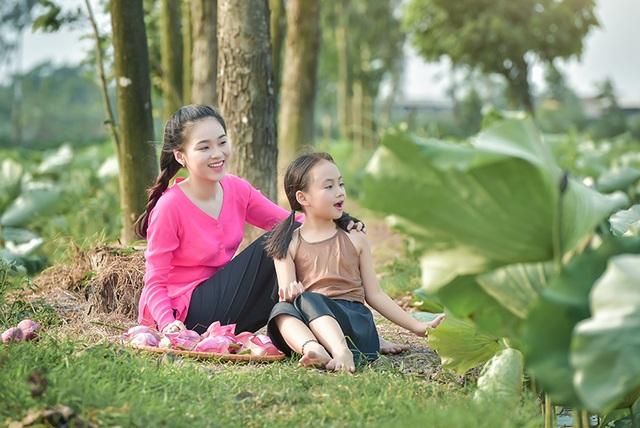 Giải nhiệt mùa hè với bộ ảnh hai chị em dạo đầm sen mát mẻ - 5
