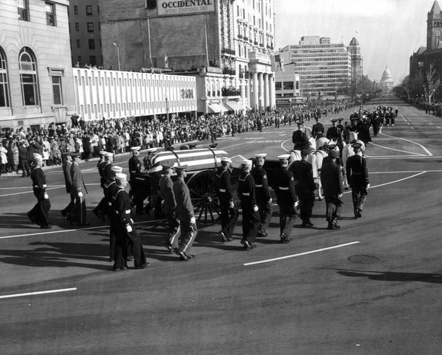 Quan tài được đưa từ Nhà Trắng đến Điện Capitol trong lễ tang diễn ra vào 24-11-1963