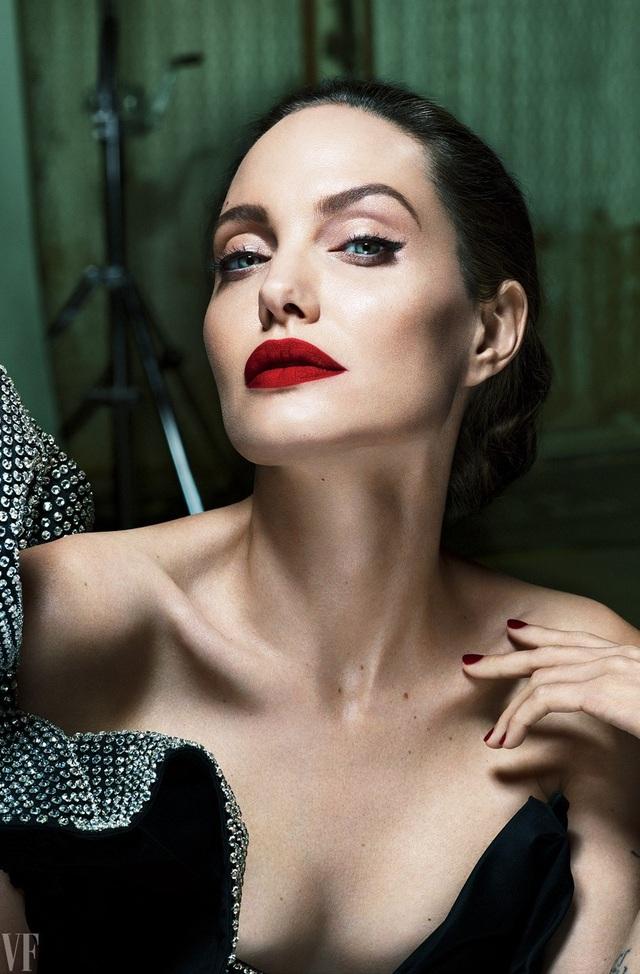 Gò má đẹp thứ 3 là gò má tròn đầy của ngôi sao Hollywood - Angelina Jolie (42 tuổi). Gò má của Angelina dù có cao nhưng lại có vẻ tròn trịa đầy đặn giúp cô luôn có được vẻ tươi trẻ dù gương mặt khá góc cạnh.