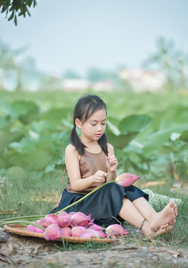 Giải nhiệt mùa hè với bộ ảnh hai chị em dạo đầm sen mát mẻ - 9