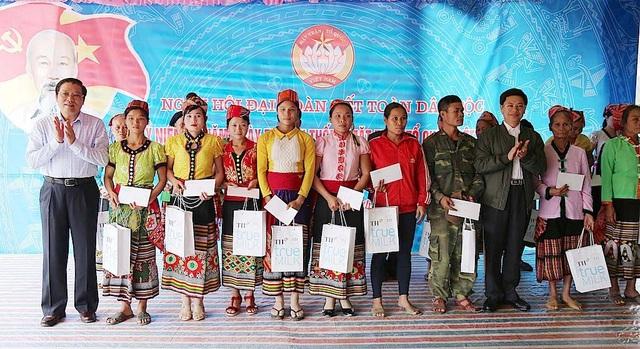 Ông Phan Đình Trạc - Trưởng Ban Nội chính Trung ương tặng quà cho các hộ dân.