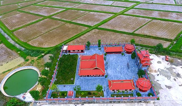 Chiếc giếng làng phía sau nhà thờ cũng do dòng họ Nguyễn Quốc xây nên để phục vụ dân làng.