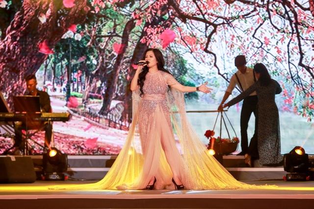 """Ngoài những bài solo """"Mùa thu cho em"""", """"Một mai em đi""""... Hiền Anh còn để lại nhiều ấn tượng cảm xúc cho khán giả xứ Nghệ."""