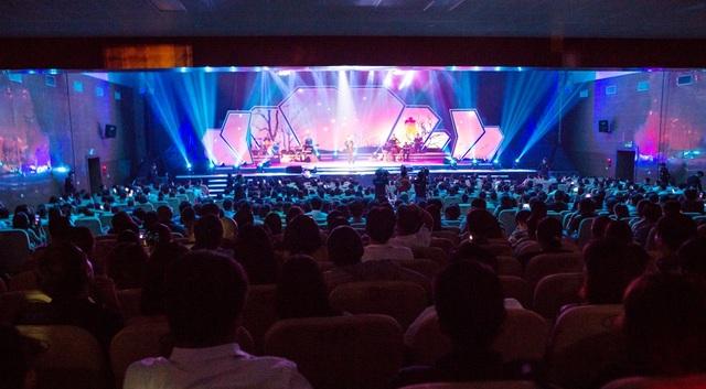 Khán giả xứ Nghệ đến xem đêm biểu diễn đông chưa từng thấy và có một sân khấu thật tuyệt vời được đánh giá là hoành tráng nhất từ trước tới nay.
