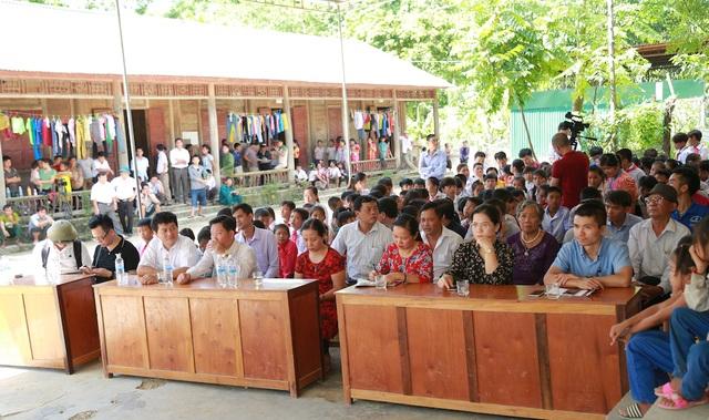 Hàng trăm học sinh, người dân xã Hữu Khuông có mặt trong ngày lễ trọng thể khánh thành cầu Dân trí