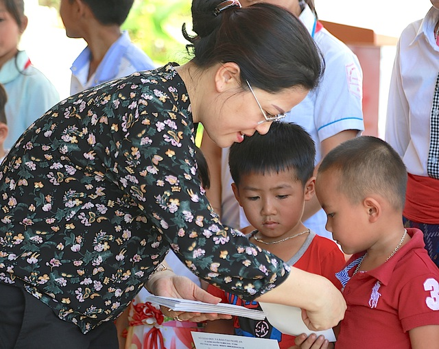 Bà Nguyễn Thị Kim Chi - GĐ Sở GD&ĐT Nghệ An cũng đã trao 20 suất học bổng (trị giá 10 triệu đồng).