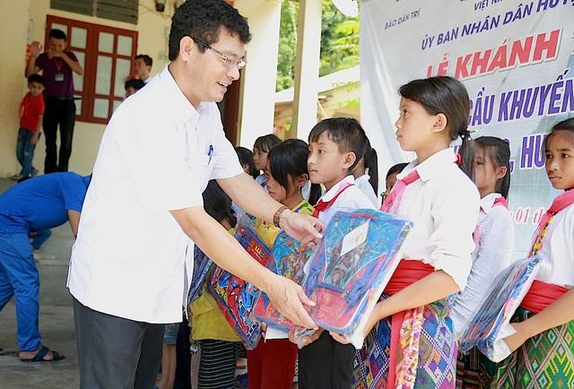 Ông Phạm Trọng Hoàng - Bí thư huyện Ủy Tương Dương trao cặp tới các em học sinh.
