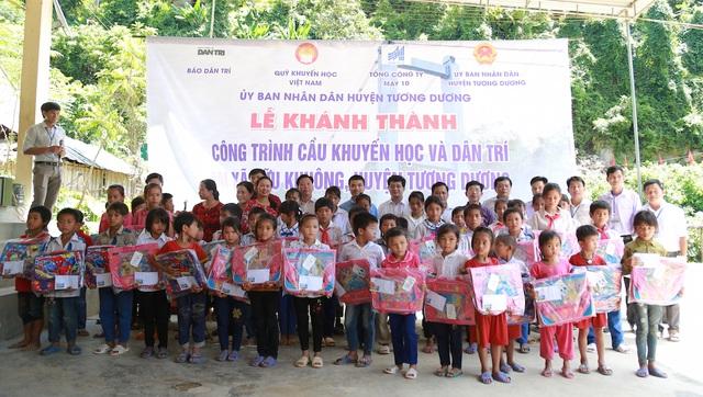 50 học sinh nhận học bổng và quà của Báo Dân trí và Sở GD&ĐT Nghệ An.
