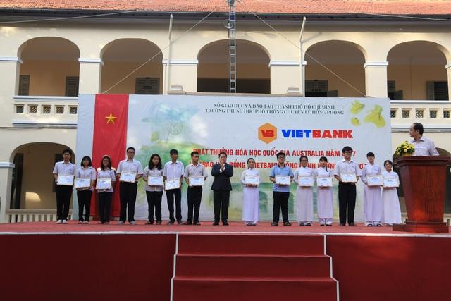 Vietbank trao tặng 30 suất học bổng cho học sinh trường THPT Chuyên Lê Hồng Phong - TP. HCM - 2