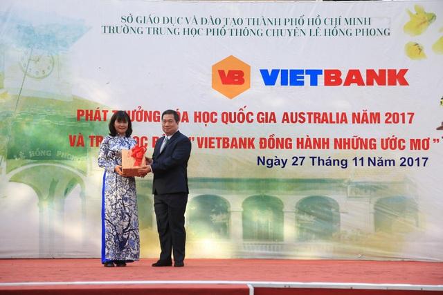 Vietbank trao tặng 30 suất học bổng cho học sinh trường THPT Chuyên Lê Hồng Phong - TP. HCM - 1