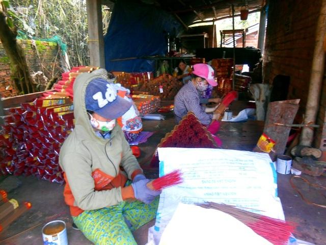 Để kịp phục vụ Tết, những ngày này người dân làng hương từ người già cho đến trẻ nhỏ đều tất bật với nghề