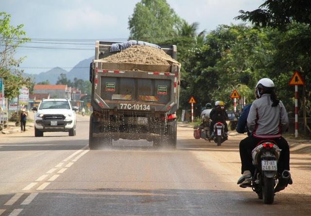 Nhiều xe chở cát cơi nói thùng xe, chở cát có ngọn không che phủ bạt tung hoành trên QL 19 đoạn huyện Tây Sơn, tỉnh Bình Định