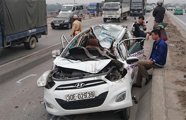 Tài xế và 2 người ngồi trong xe taxi này đã may mắn thoát chết trong vụ tai nạn liên hoàn.