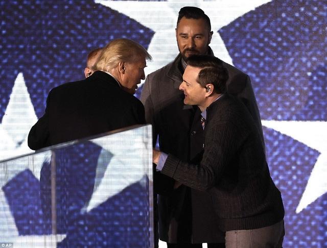 Ông Donald Trump tiến lại chào các thành viên trong nhóm nhạc 3 Doors Down sau khi họ hoàn tất phần biểu diễn tại sự kiện.