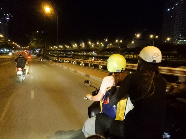 Hồ Ngọc Hà đi xe máy trao quà người cơ nhỡ lúc nửa đêm - 2