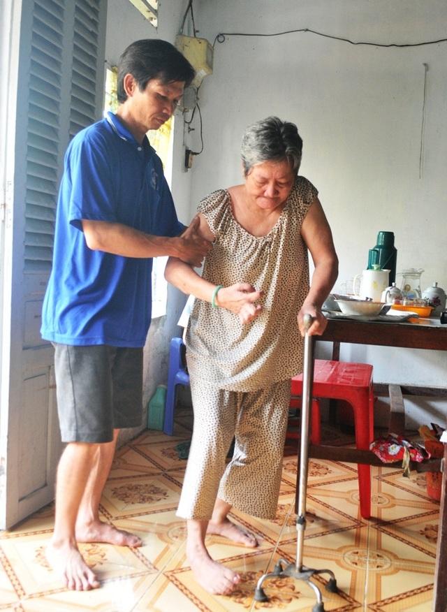 Sau mổ tim lần 2, anh Tôn Nhơn Lập vẫn gắng gượng đi bốc vác thuê lo cho cha mẹ nhưng làm được một thời gian anh kiệt sức ngã quỵ... Hiện anh Lập phải nằm ở nhà uống thuốc theo chỉ định của bác sĩ.