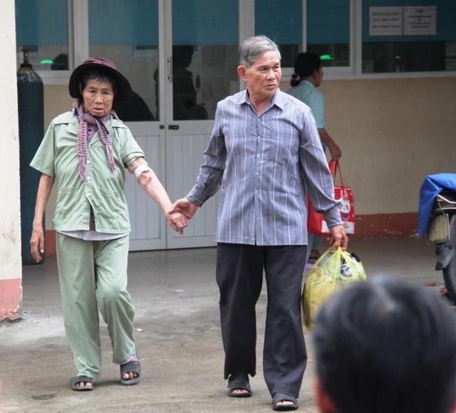 Một cặp vợ chồng già dắt tay nhau đi ra từ Khoa Nội thận - Lọc máu
