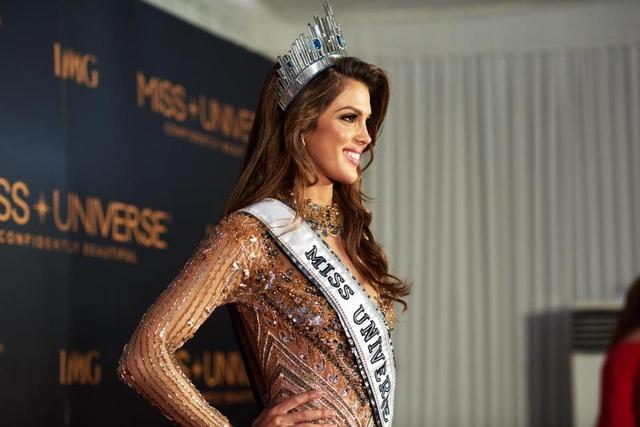 Việc giành vương miện Hoa hậu hoàn vũ 2016 sẽ đưa cuộc sống của Iris sang một trang mới. Trước mắt, cô sẽ bận rộn với những hoạt động của tổ chức Hoa hậu hoàn vũ và chuyển tới Mỹ sống trong 1 năm đương nhiệm.