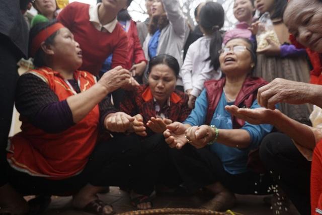 Những phụ nữ lớn tuổi được phân công nhặt trấu để sao cho gạo khi cho vào nồi phải trắng tinh, công việc này được làm đồng thời cùng lúc với kéo lửa.