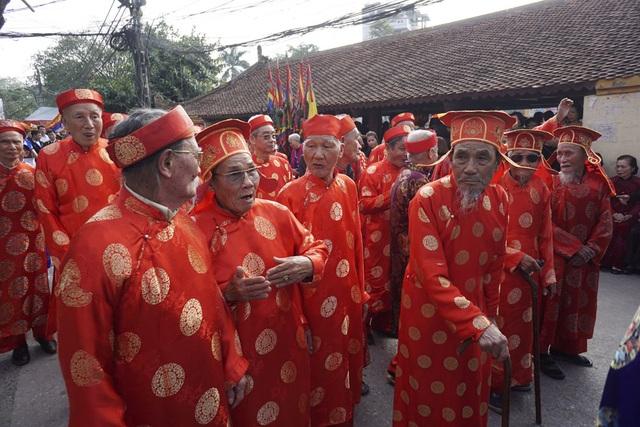 Trong đoàn rước có sự tham dự của hàng chục cụ lớn tuổi trong làng, đặc biệt các cụ đội mũ có cánh 2 bên đều trên 90 tuổi.