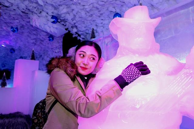 Nếu có dựa vào tường băng hay ôm những bức tượng điêu khắc thì thực khách vẫn cảm giác khô ráo như ở nhiệt độ thường.