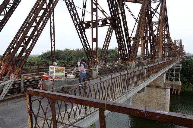 Vẻ đẹp cây cầu và giá trị lịch sử đã khiến cầu Long Biên trở thành một điểm thăm quan quan trọng của Hà Nội.