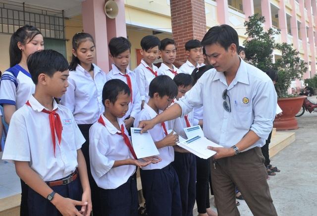 Ông Phùng Văn Công đại diện công ty Grobest Việt Nam tiếp tục trao 25 suất học bổng cho các em học sinh trường THCS Bình Thạnh