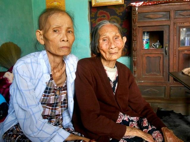 Mẹ già yếu phải nuôi hai con bệnh tật
