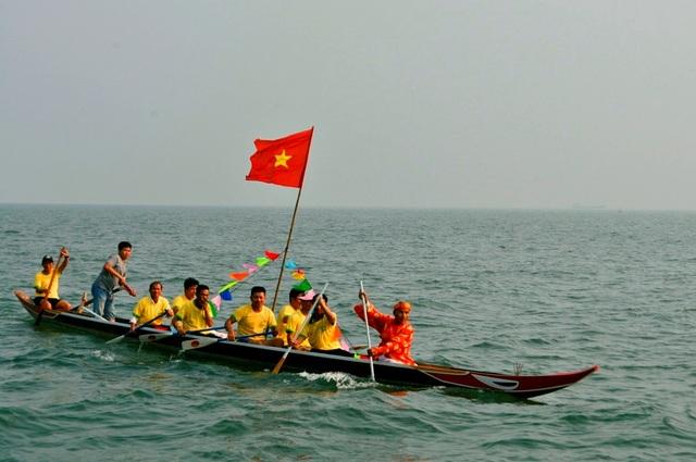 Cúng thuyền đua để sẵn sàng cho cuộc đua tranh tài diễn ra giữa các phường, xã của Hội An vào ngày hôm sau 17/2 âm lịch