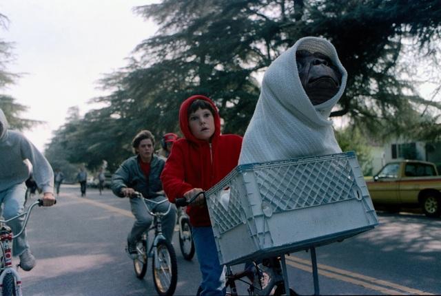 """Cảnh trong phim """"E.T. the Extra-Terrestrial"""" (E.T.- Sinh vật ngoài hành tinh - 1982)"""