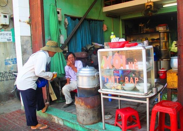 Những hộ bán xôi buổi sáng cũng không được lấn chiếm vỉa hè để kinh doanh.