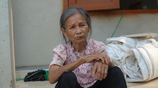 Không còn đủ sức vào bệnh viện với con, người mẹ già chỉ biết lặng lẽ ở nhà chờ đợi tin tức. Thương con bao nhiêu bà chỉ biết nuốt nước mắt vào trong.