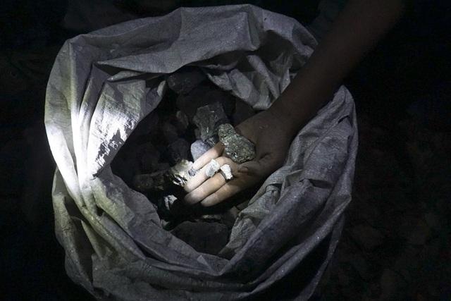 Những viên quặng antimon mót được từ bãi thải. Thường mỗi người sau vài tiếng đồng hồ sẽ nhặt được khoảng 5 - 10kg đất đá nhưng khi chọn lại cũng chỉ còn lại một nửa là quặng có thể đem bán.