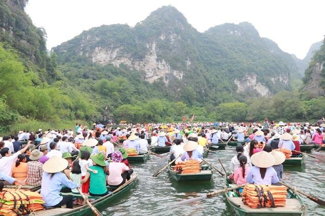 Những năm trở lại đây, ngày lễ hội Tràng An có hàng nghìn du khách thập phương từ các nơi đổ về. Theo thống kê của Ban quản lý khu du lịch Tràng An, từ khi Quần thể danh thắng Tràng An được UNESCO vinh danh, lượng du khách tăng vọt, năm sau luôn cao hơn năm trước.