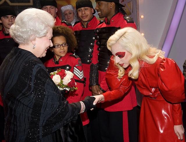 Ngay cả trong những cuộc gặp gỡ với các nhân vật quan trọng, Lady Gaga cũng quyết không theo phong cách trang phục chuẩn mực thông thường. Dù vậy, có thể nhận thấy sự tiết chế của cô trong lần gặp Nữ hoàng Anh Elizabeth II hồi năm 2009, Gaga lựa chọn một bộ đầm trịnh trọng nhưng được thực hiện bằng chất liệu vải nhựa và mang màu sắc chói lóa.