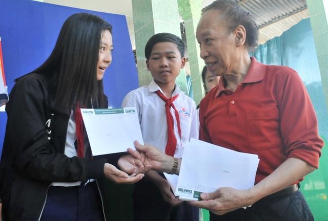 Nhân dịp khánh thành cầu Dân trí, Nhà báo Phạm Huy Hoàn - Tổng biên tập báo điện tử Dân trí trao học bổng đến các em học sinh có hoàn cảnh khó khăn.