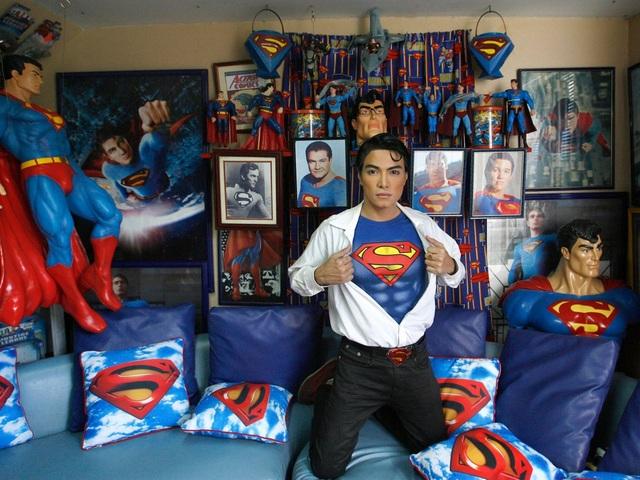 """Ở thành phố Calamba, tỉnh Laguna, Philippines, anh Herbert Chavez (hay còn được người dân bản địa gọi với biệt danh """"Clark Kent"""" - tên khác của siêu nhân Superman) từ lâu đã có sở thích sưu tập tất cả những gì mang chủ đề Superman. Đối với bản thân mình, anh cũng từng trải qua một số cuộc phẫu thuật thẩm mỹ để có được ngoại hình giống như thần tượng."""